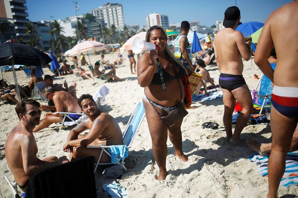 Местные жители ходят по пляжу, продавая закуски и различные товары отдыхающим.