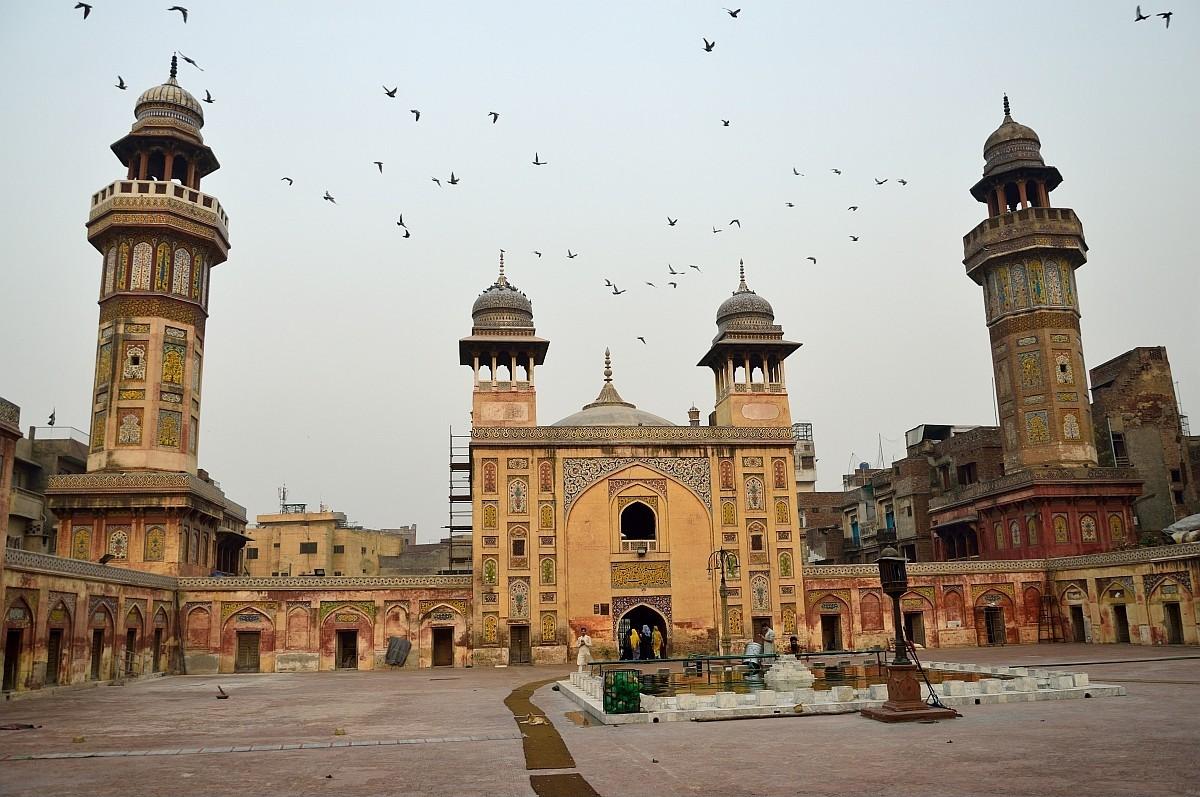 Помимо мечети Бадшахи есть в Лахоре и другая красивая мечеть, носящая имя Вазир-Хана. Построена она