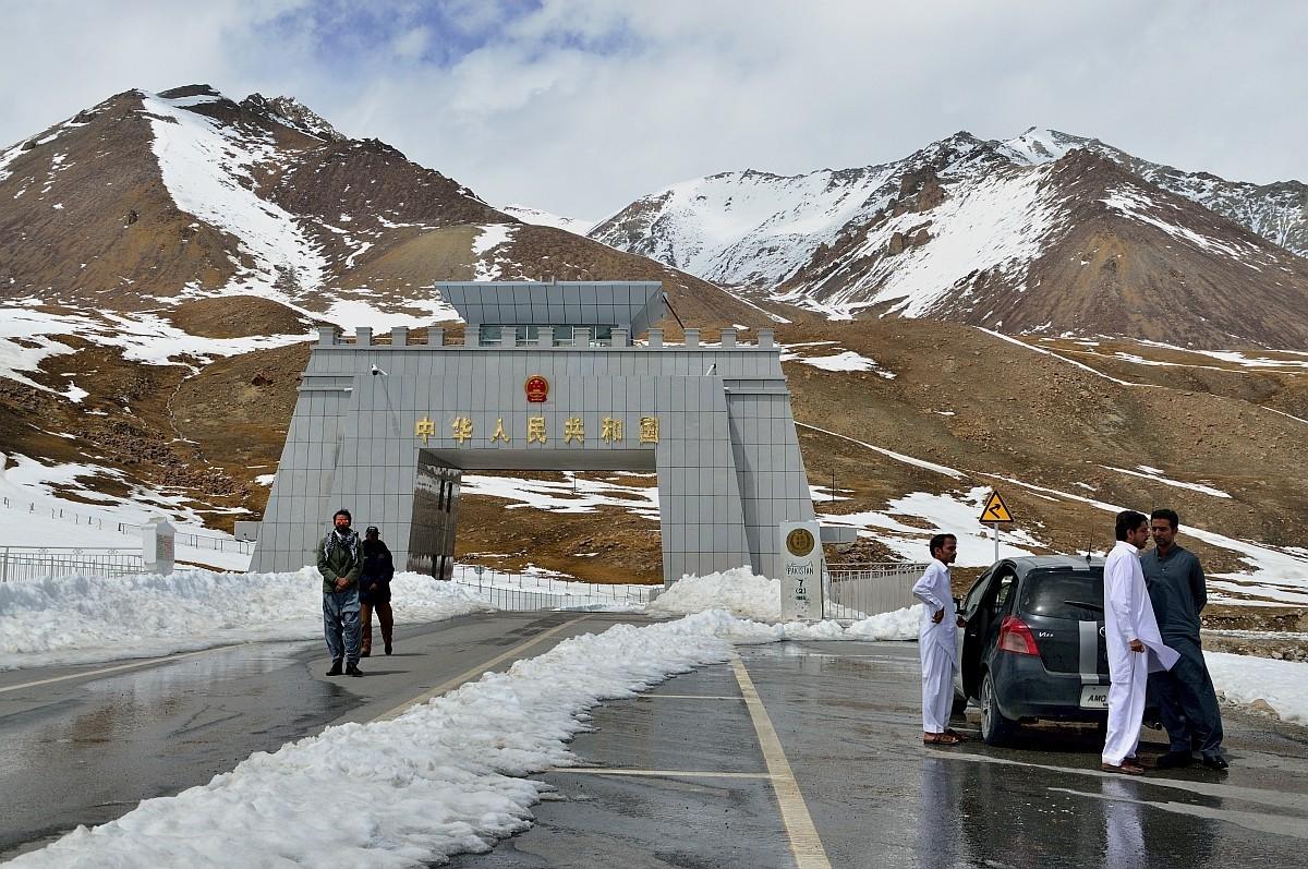 Вот и перевал Хунжераб, а вместе с ним и граница Пакистана и Китая. Высота 4700 метров. У меня личны