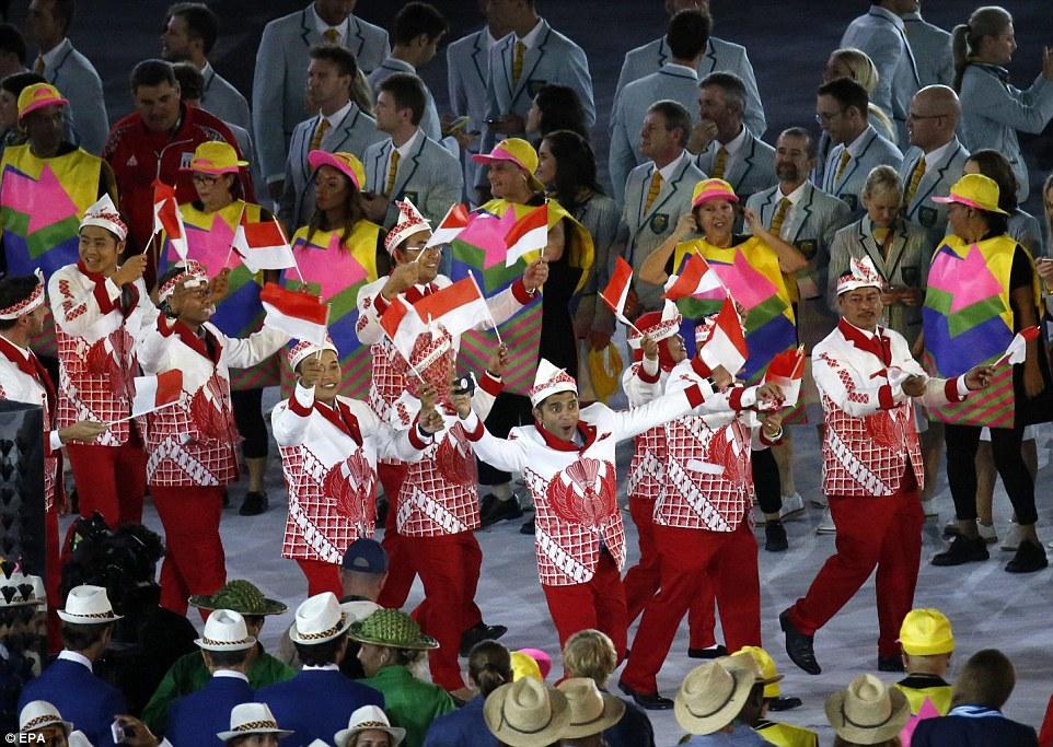 Сборная Индонезии в ярких костюмах с замысловатыми узорами.
