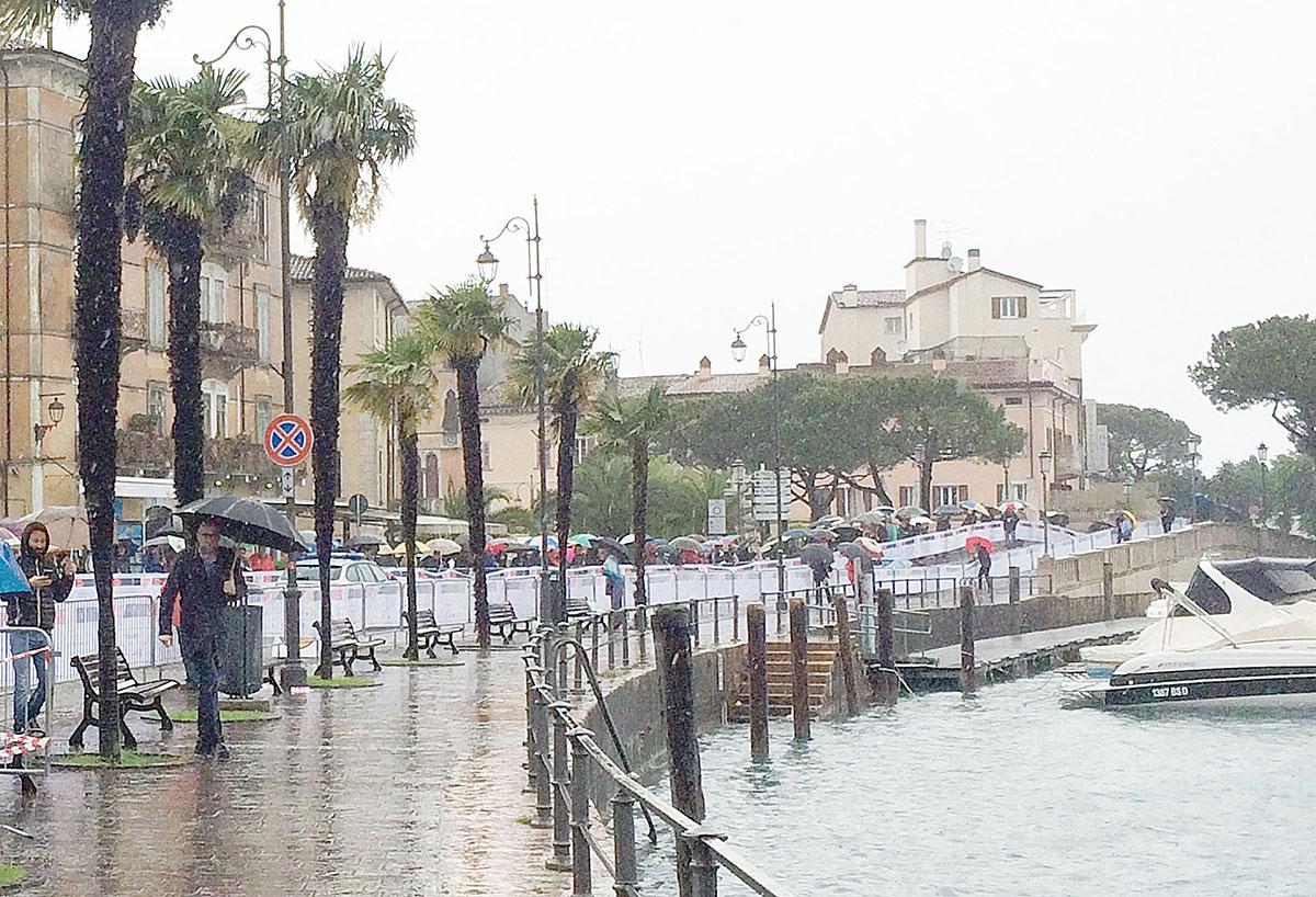1. Несмотря на дождь, который не переставал идти весь день, желающих посмотреть гонку было предостат