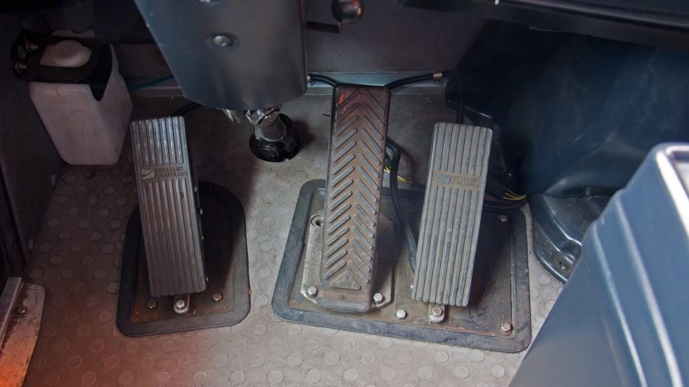 Рулевое колесо обычное, да и подрулевые переключатели точно такие же, как на тысячах других машин, д
