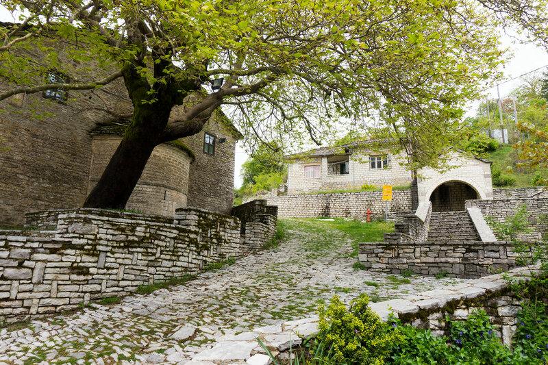 главная площадь, платан, церковь и источник в деревне Врадето, Загория (Vradeto)