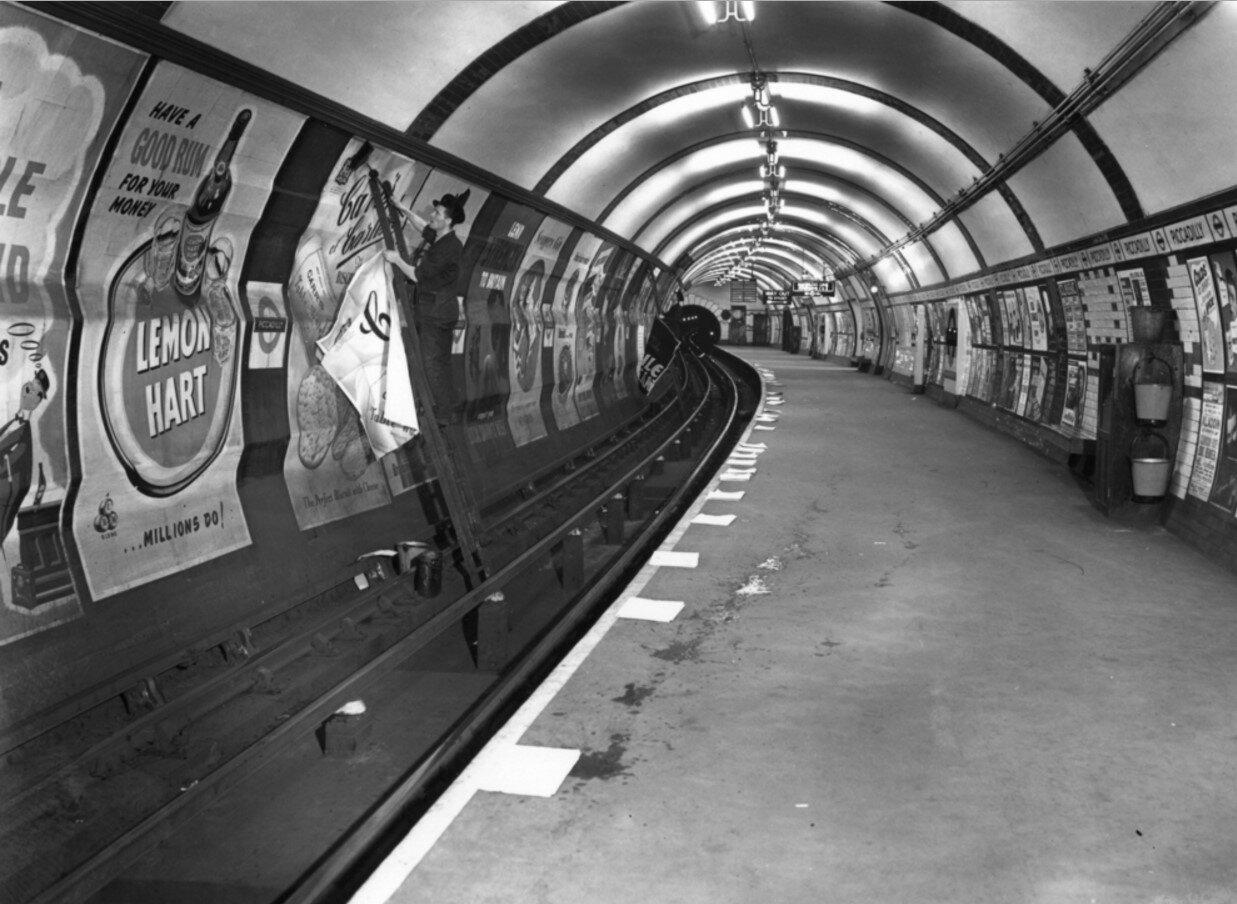1952. Расклейщик рекламы
