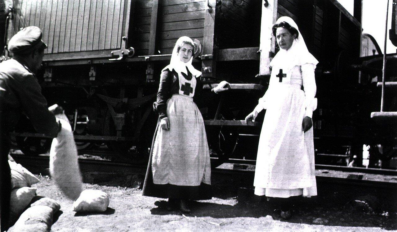 Сестры, прикрепленные к железнодорожным санитарным поездам на станции 83