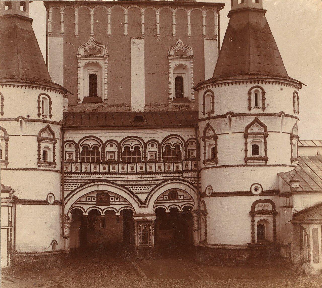 Вход в Борисоглебский монастырь с севера