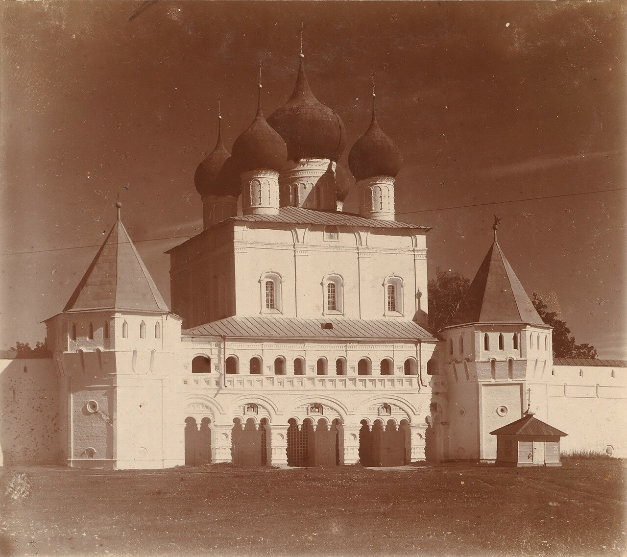 Входные врата с юго-востока. Над ними церковь Преп. Сергия Радонежского