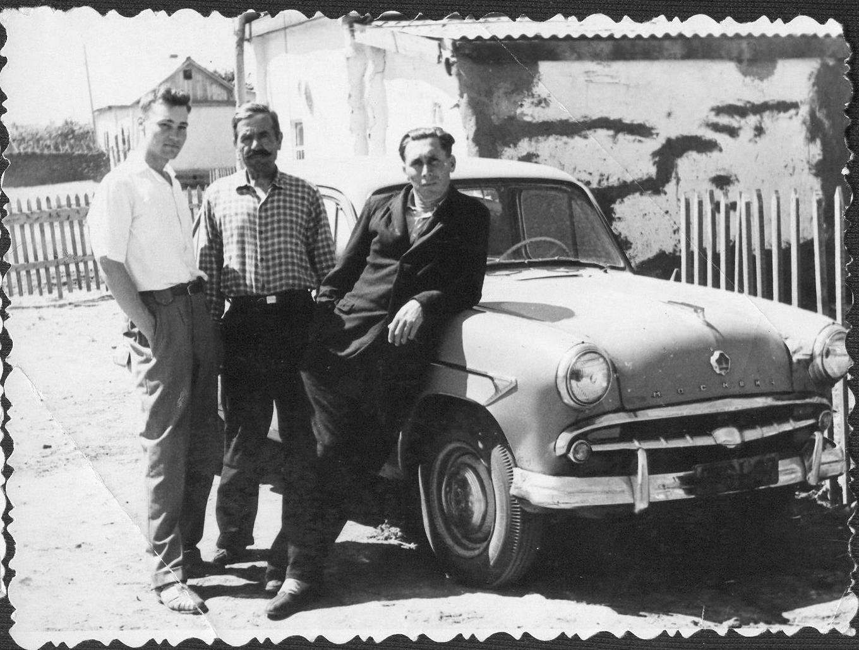 1955-1956. Казахстан, Железинск, Павлодарской обл. Слева И. Зуйко, в центре  Показаченко Василий Михайлович, Петр хозяин машины