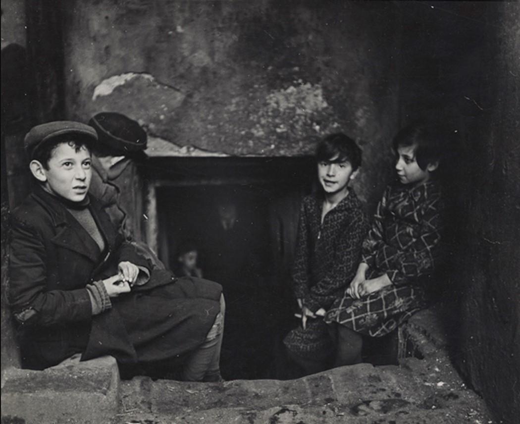 Дети ищут свет и воздух за пределами своей квартиры в подвале дома, улица Крохмальна