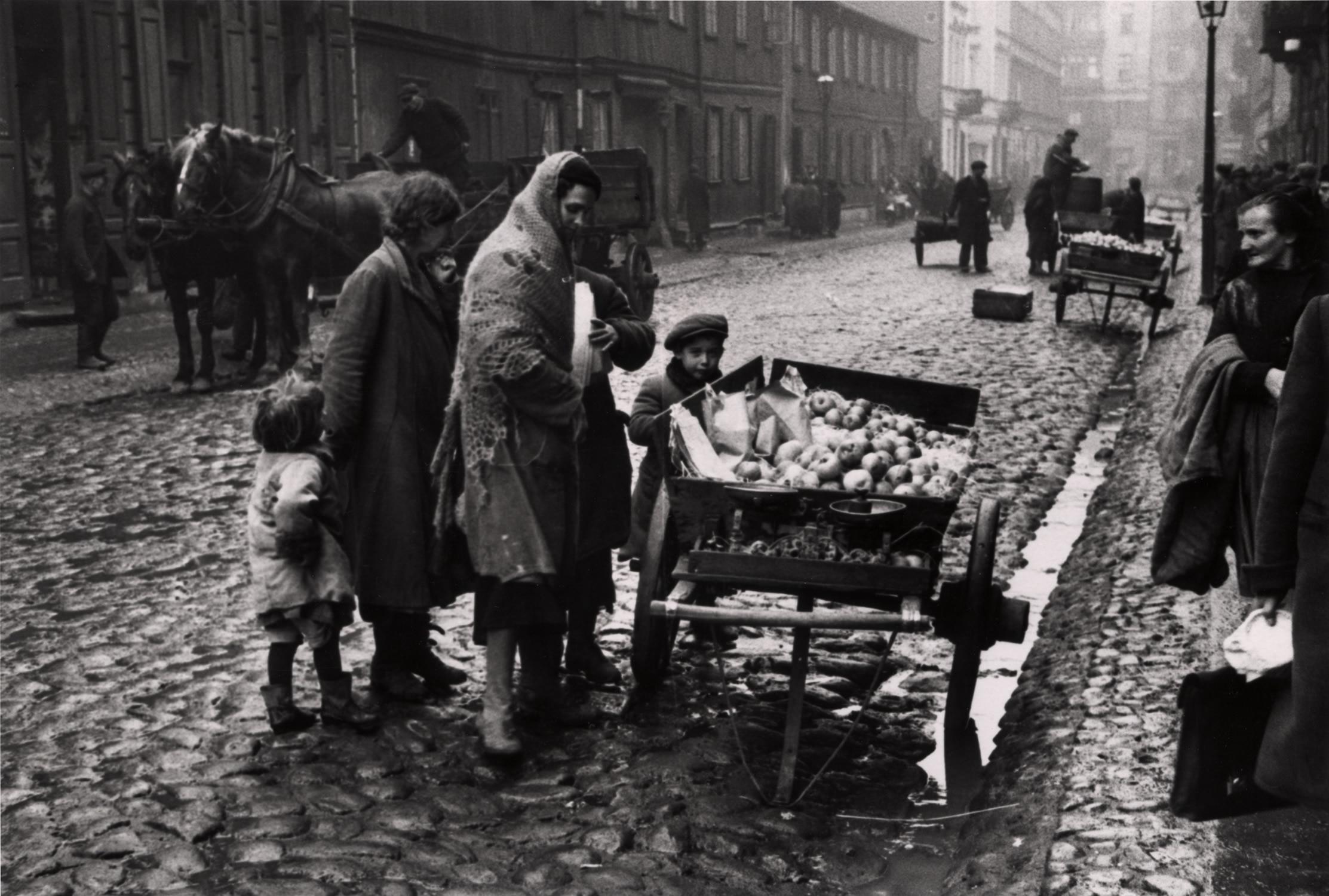 Торговец продает яблоки на одной из главных улиц в еврейском районе Варшавы