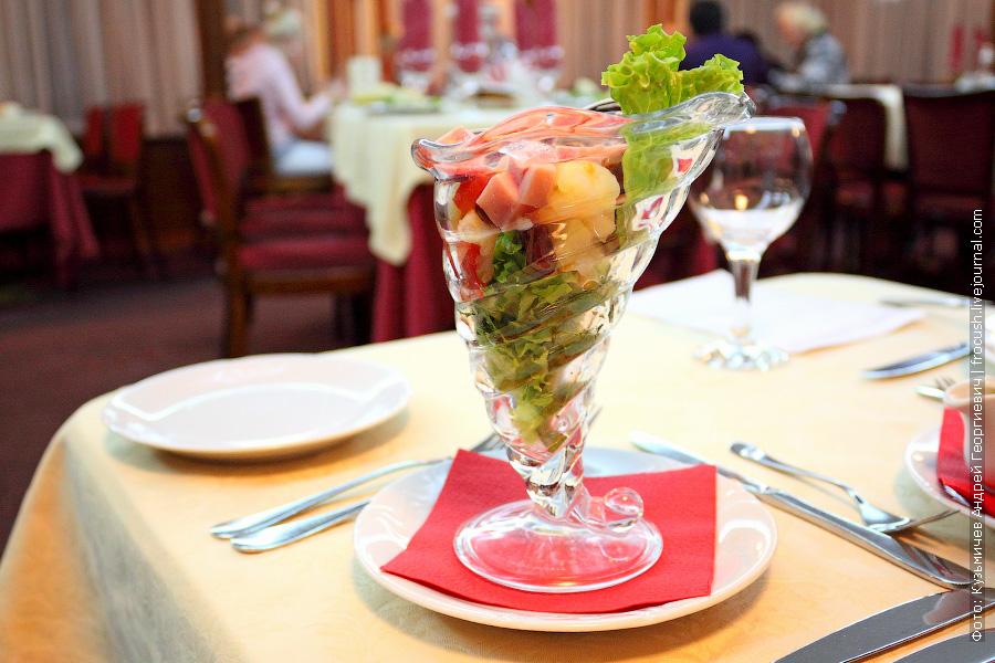 Салат с ветчиной, отварным картофелем, консервированной фасолью и помидором