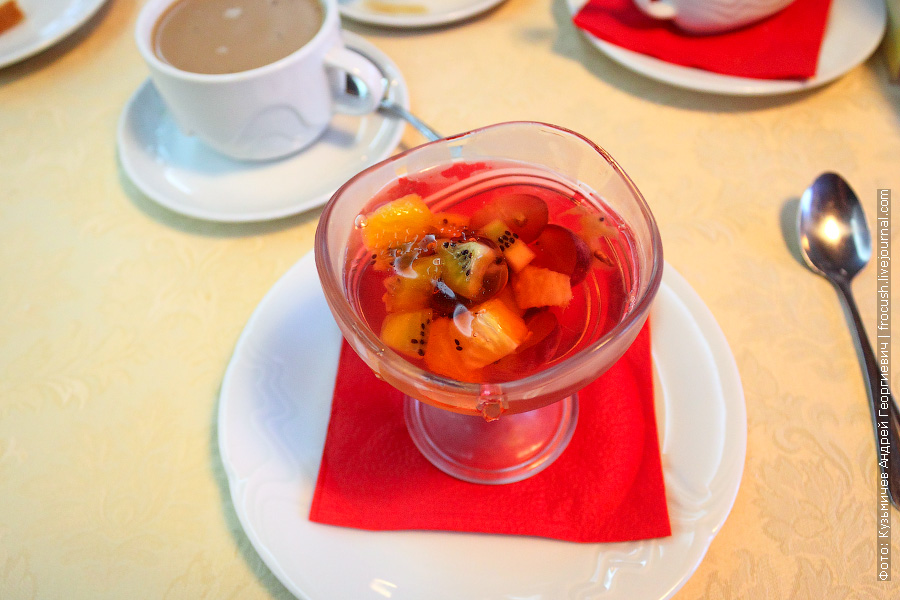 Фруктовое желе, кофе со сливками