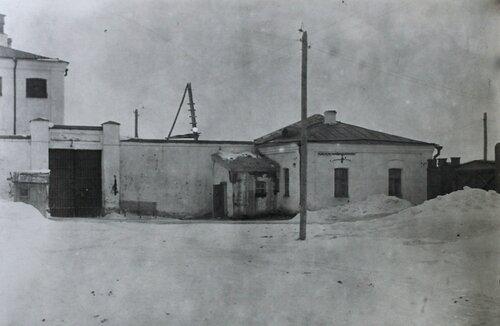 Фото 1937 года. Ворота кустанайской тюрьмы и часть стены, за которой колчаковцы рас- стреливали красногвардейцев, партийных и советских работников в 1918 - 1919 годах