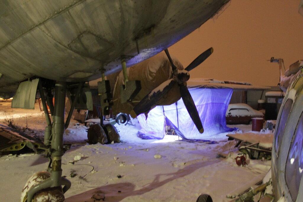 Тепляк под крылом Ил-14 для ремонта стабилизатора