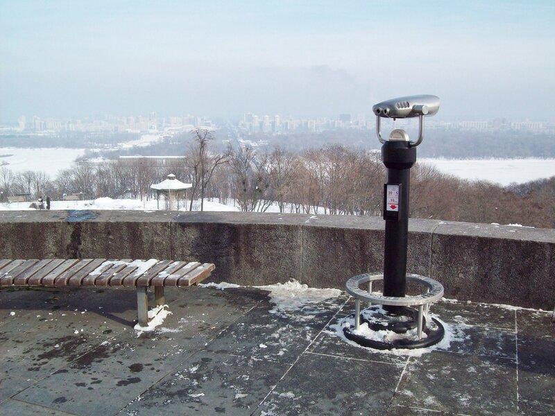 Туристический бинокль на площадке обозрения парка Славы