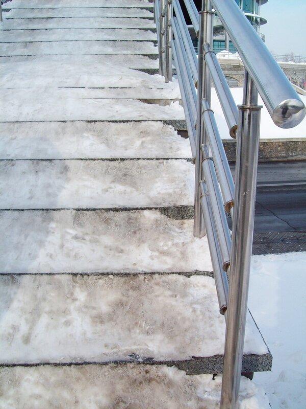 Ступени моста в парке Славы забиты снегом
