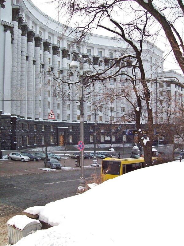 Вид на Кабмин из Мариинского парка