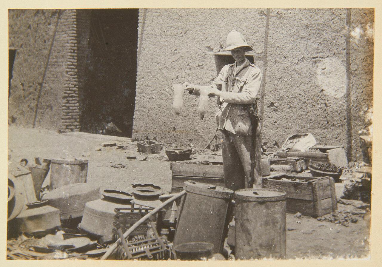 Хартум. Стеклянные подсвечники Гордона в руках лейтенанта Мюррея Трипленда, Гренадерский гвардейский полк