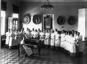 Воспитанницы института на занятиях музыкой.