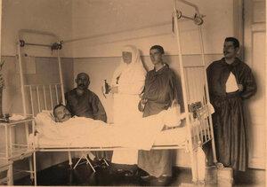Офицер в одной из палат лазарета на кровати, специально оборудованной для тяжелораненых.