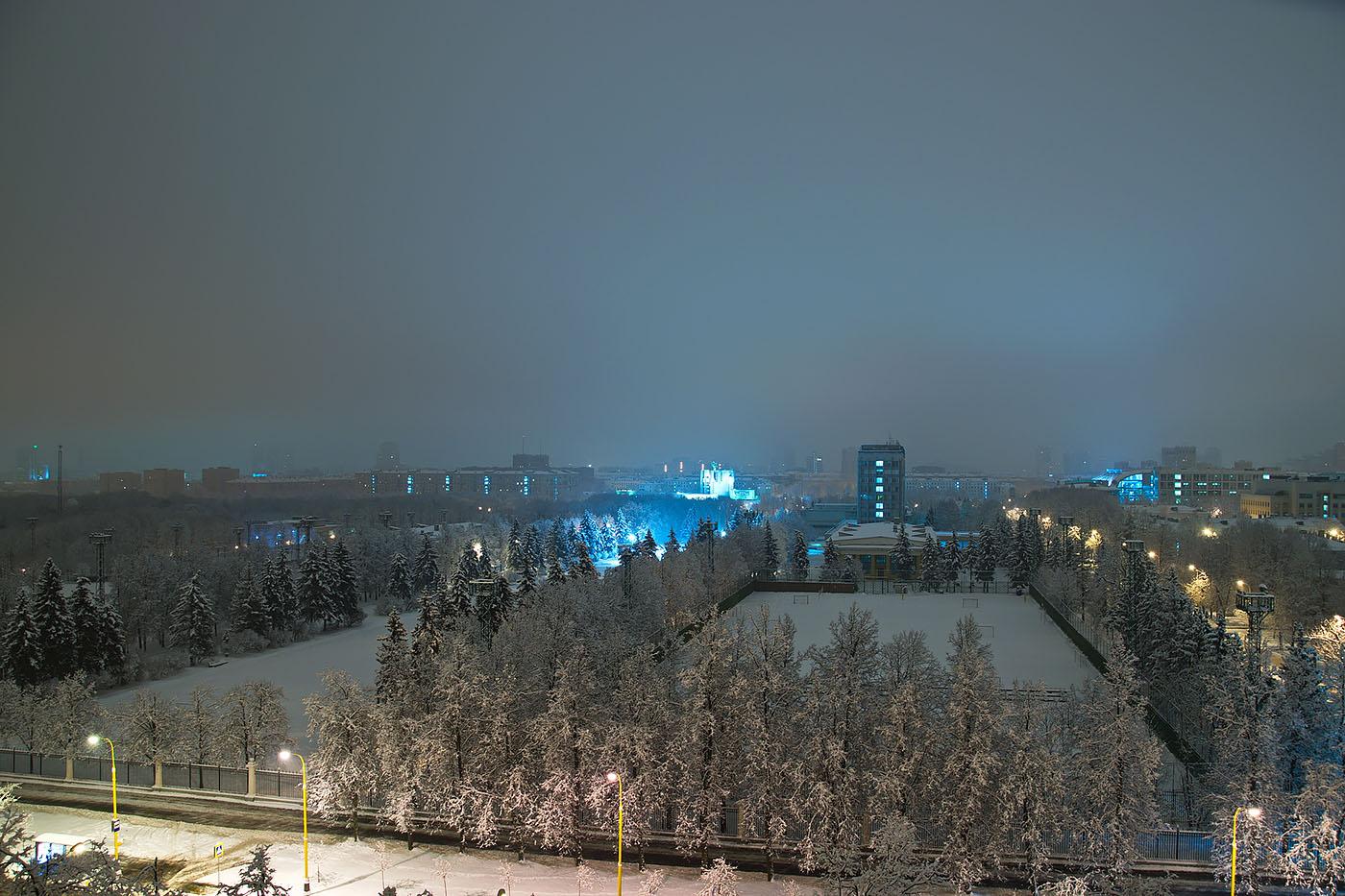 23. Ночь в Москве (Nikon D5300, объектив Nikkor 18-300,  4 сек, 0 eV, ручной, f/5.6, 18 мм, 100)