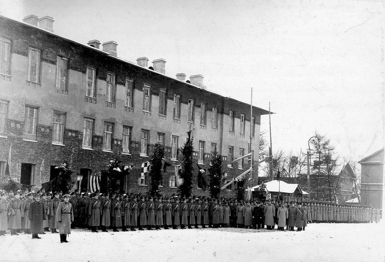 02. Построение личного состава бригады. В группе офицеров премьер-министр Коковцов В.Н.1914