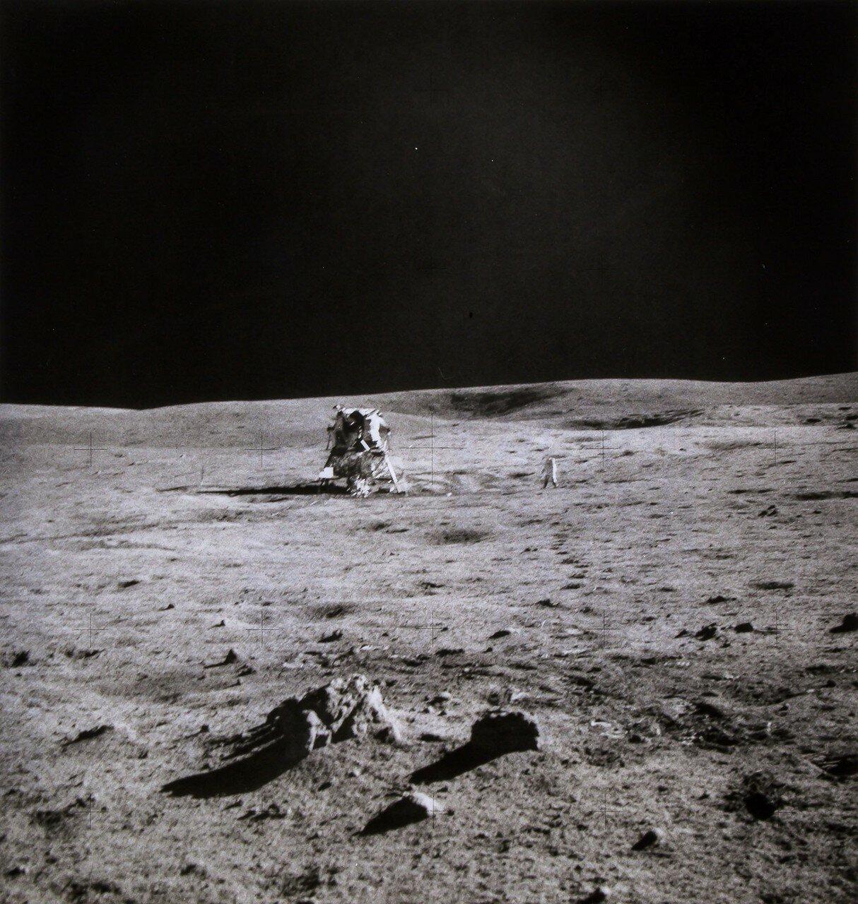 Первый выход экипажа лунного модуля корабля «Аполлон-14» на лунную поверхность продолжался 4 часа 45 минут. На снимке: Отдаленный вид Алана Шепарда и лунного модуля