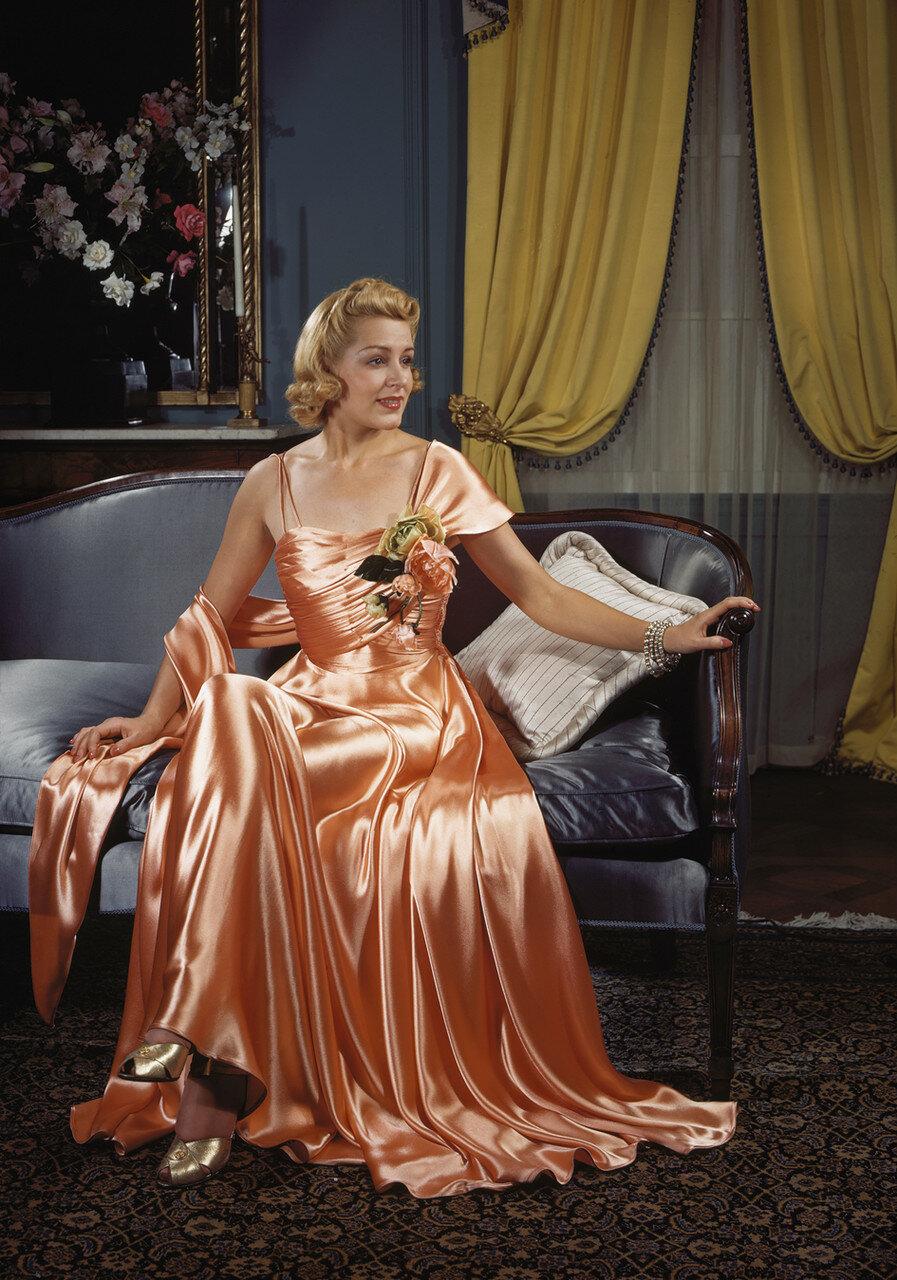 1939. США. Женщина, позирующая в шёлковом платье