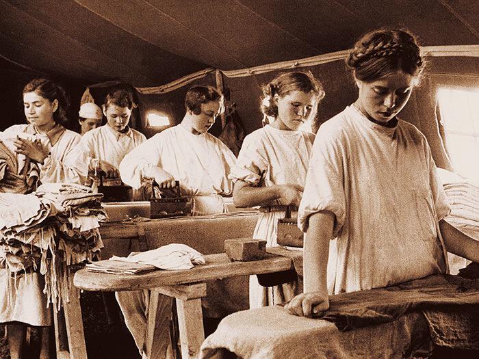1943 год. Работницы молодежной бригады банно-прачечного отряда. Фотограф неизвестен