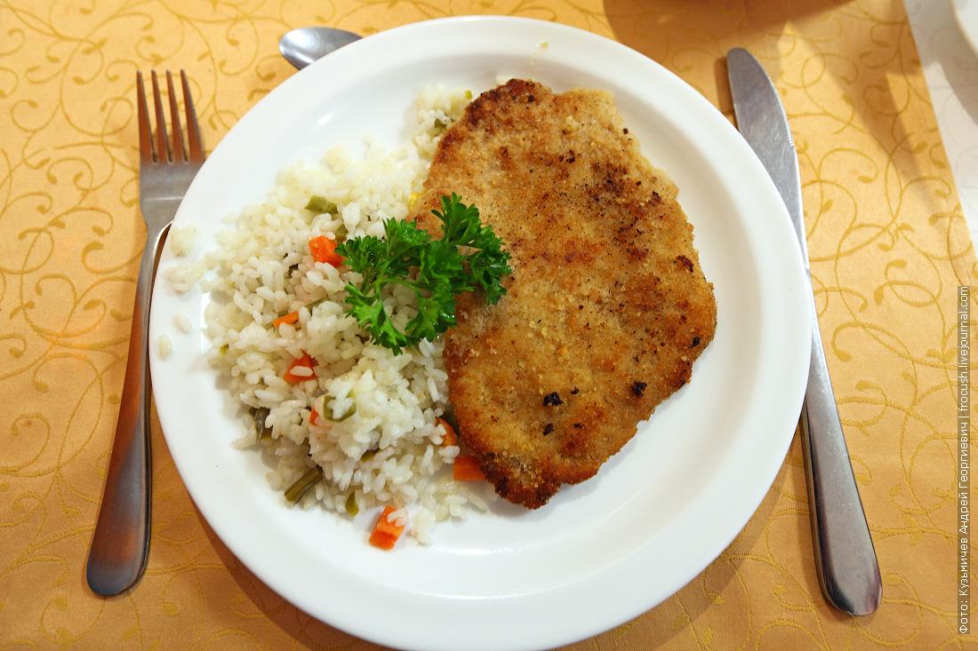 Шницель из свинины рис с овощами