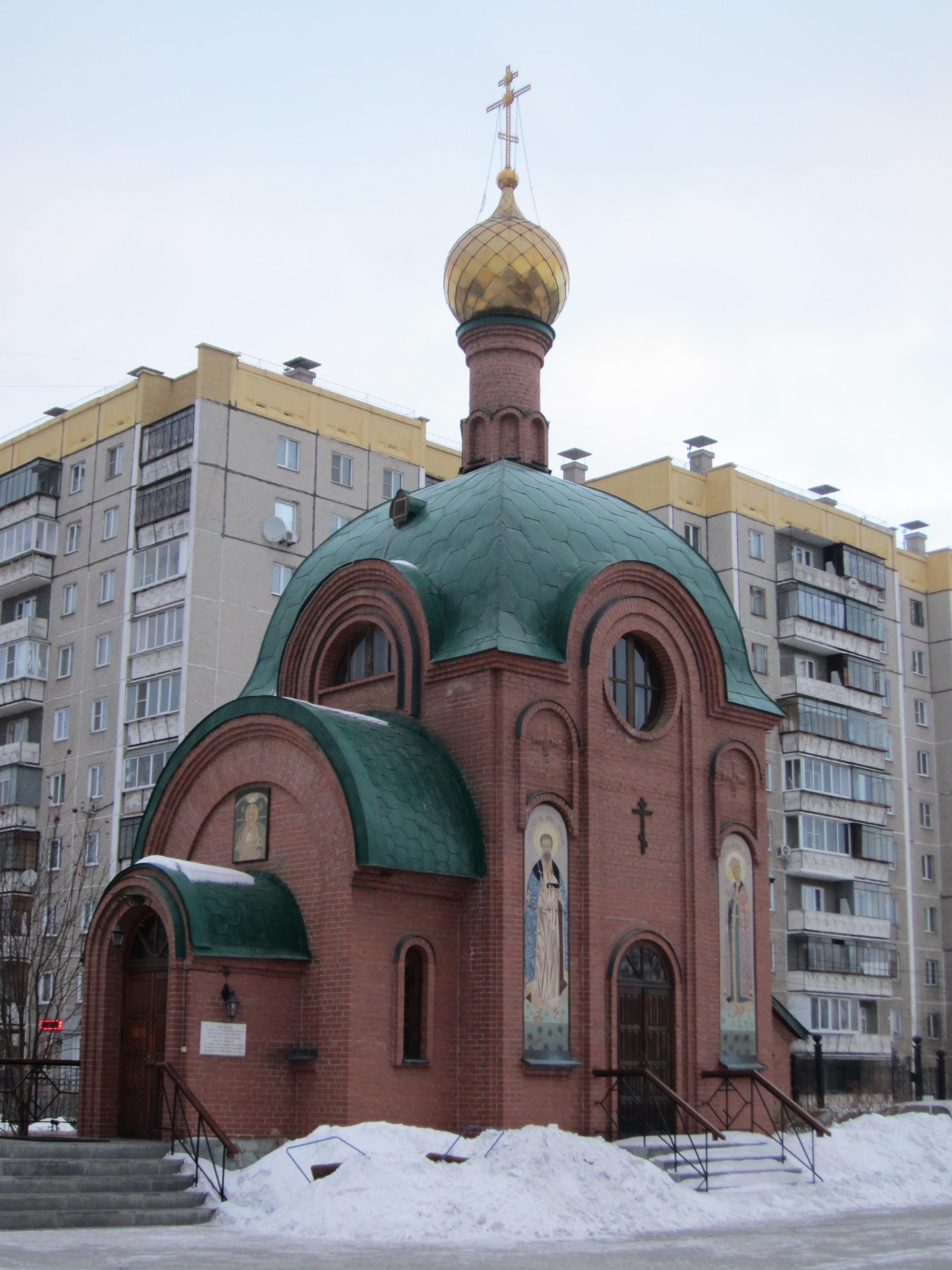 На территории находится небольшой храм Святителя Николая Мир Ликийских (26.05.2015)