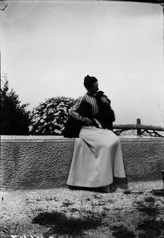 Королева Виктория сидит на террасе с двумя пуделями, 1900