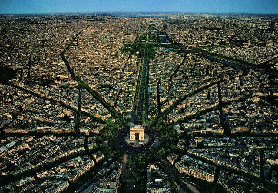 28. Площадь Шарля де Голля в Париже.