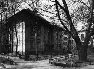 Главный фасад здания училища (перестроен арх. В.В.Шауб, 1895-1896).