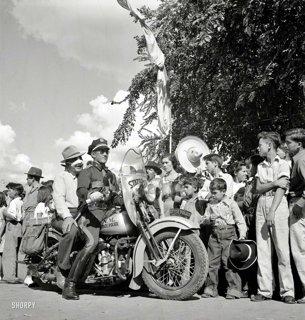 Полицейские на мотоцикле в штате Нью-Мексико во время празднования Дня независимости (1940 год)