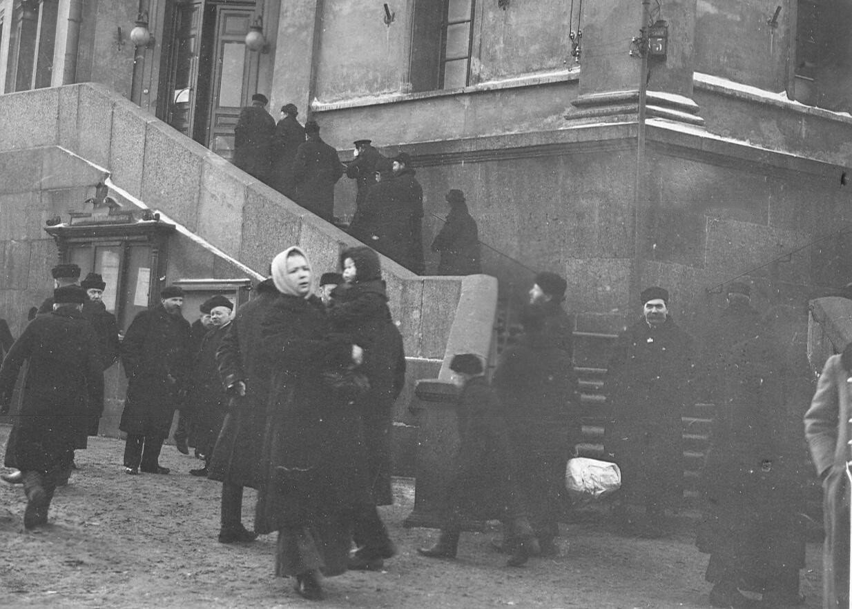1906. Вход в помещение Городской думы, где находилось городское избирательное собрание Спасского участка по выборам в Первую Государственную думу