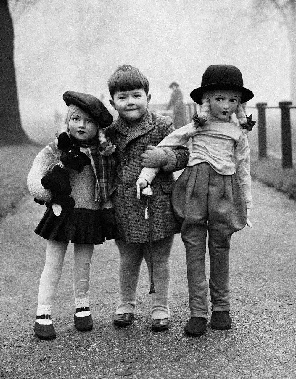 1950-е. Мальчик с двумя большими куклами