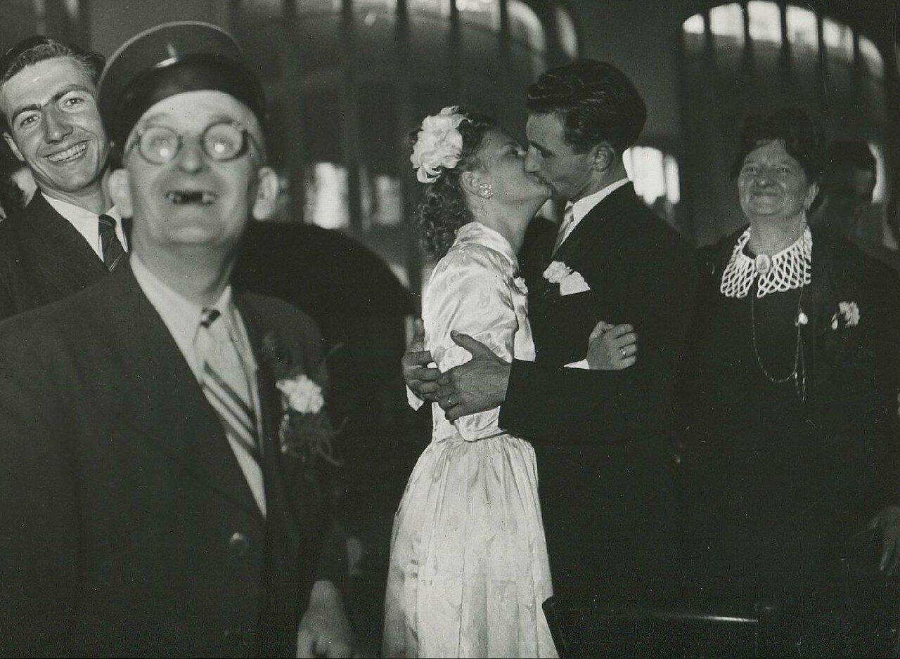 1955. Поцелуй жениха и невесты