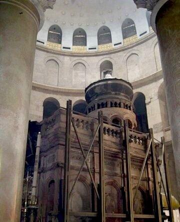 ...х 8 м) мраморная часовня в центре Храма Гроба Господня в Иерусалиме, скрывающая непосредственно пещеру Гроба Иисуса.