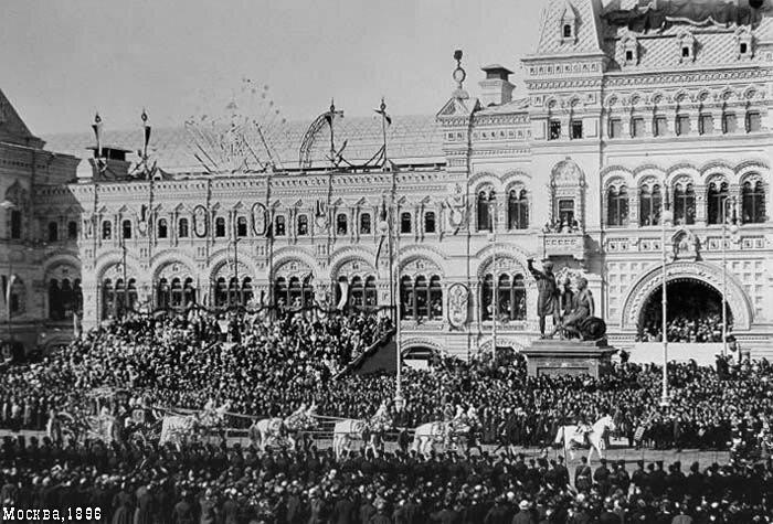 Царский кортеж торжественно проезжает мимо Минина/Пожарского и свежепостроенного ГУМа (Верхних торговых рядов)