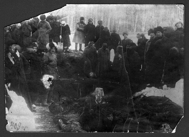 Раскопки могилы, в которой погребены жертвы колчаковских репрессий марта 1919 года, Томск, 1920 г.