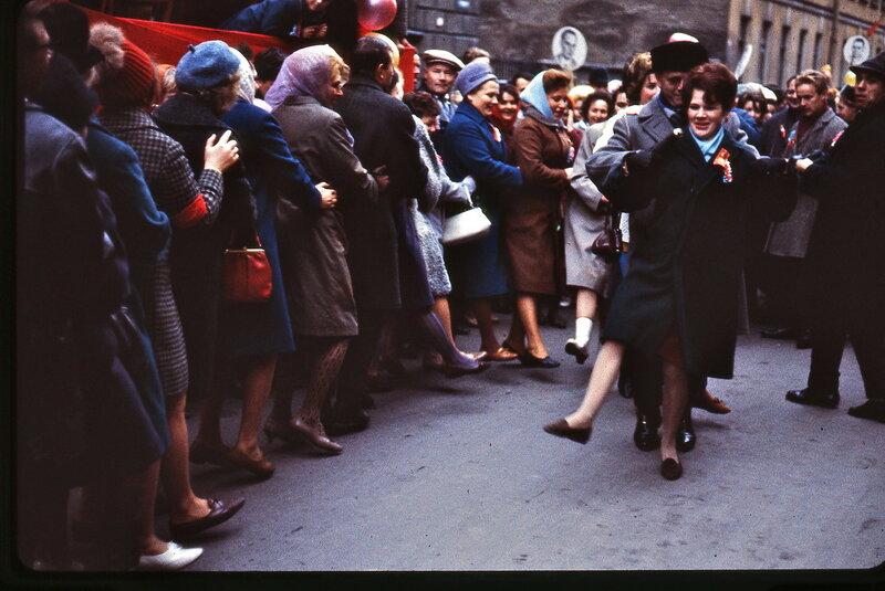 1967 Ленинград Люди танцуют в ожидании начала праздничной демонстрации.jpg
