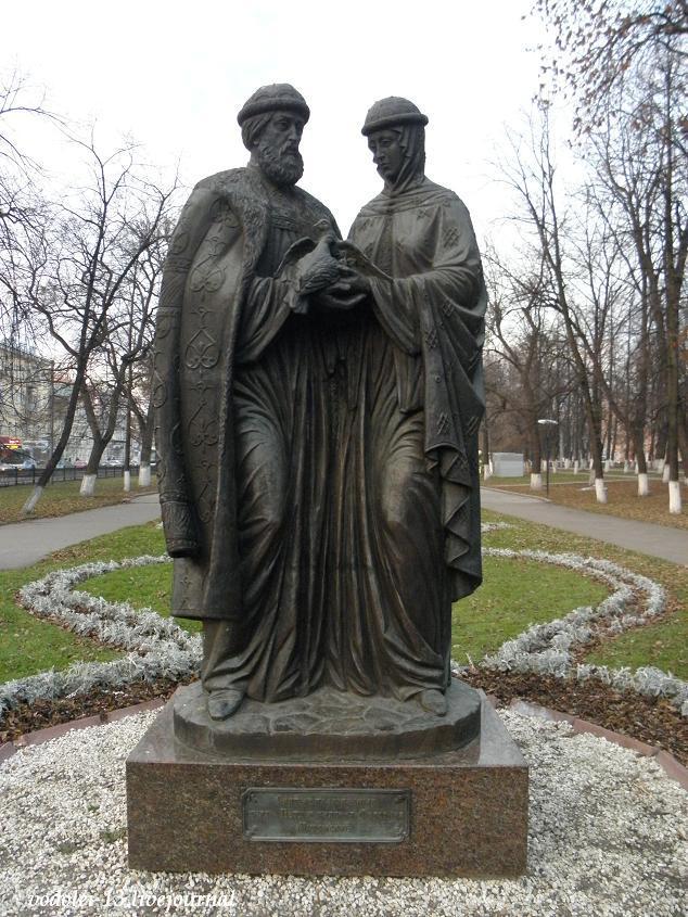 Памятник Петру и февронье в Ярославле.JPG