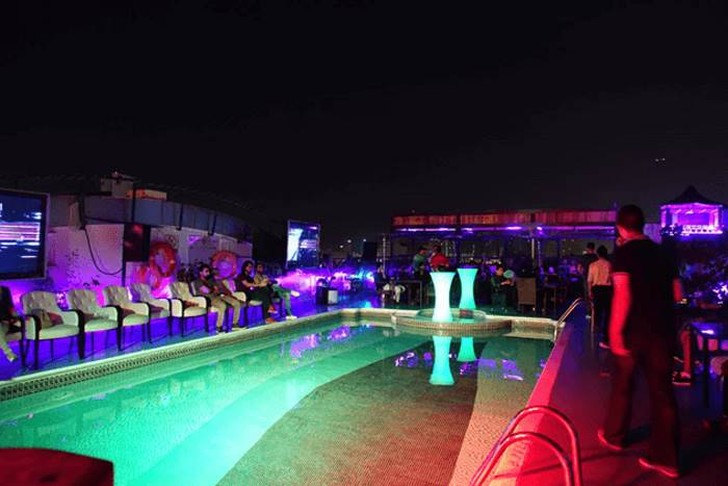 50. Ночью бар на крыше превратился в очень интересное местечко.
