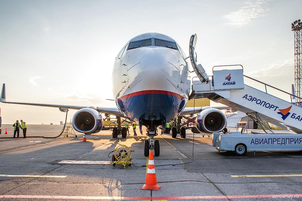 Боинг 737-800 Оренэйр на перроне аэропорта Барнаул