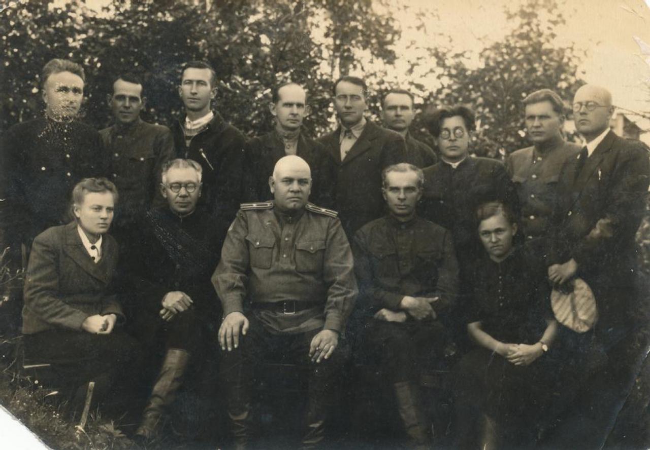 Группа заключенных и служащих Вельского отделения Северного железнодорожного ИТЛ. Август 1949, ст. Вельск Архангельской области