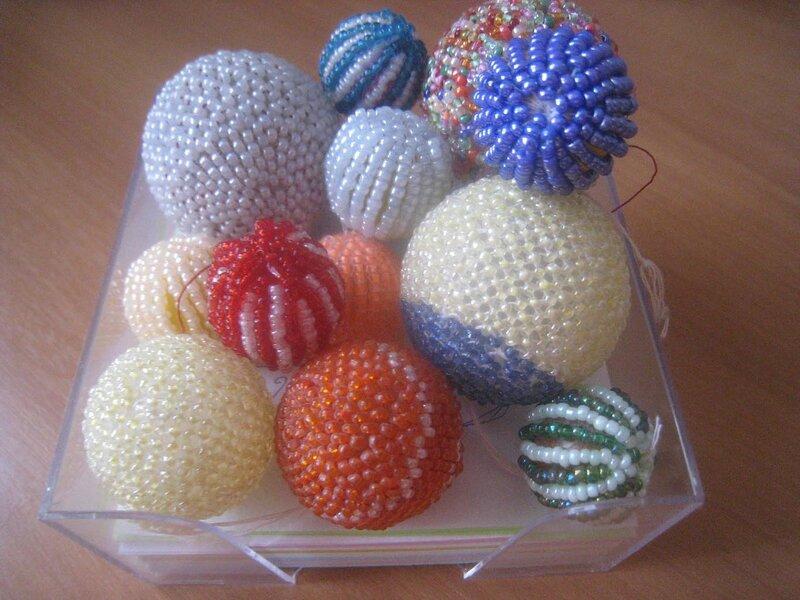 Это большие бусины и шарики из под дезодоранта.... оплетала очень давно, тогда у меня еще не было Интернета... точнее...