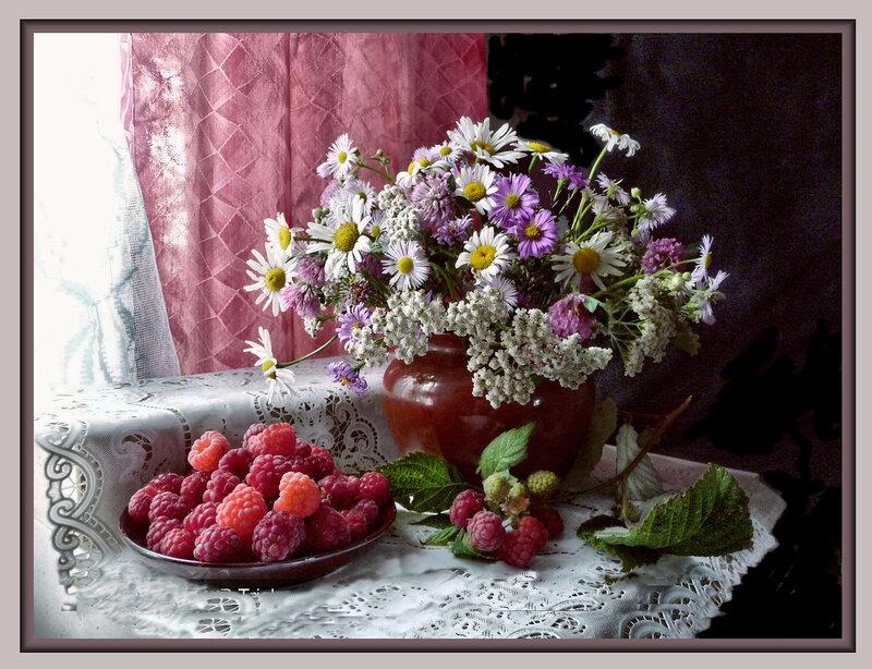 Малина и букет полевых цветов