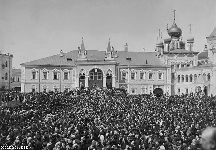 Публика в Кремле у Чудова монастыря в ожидании действа