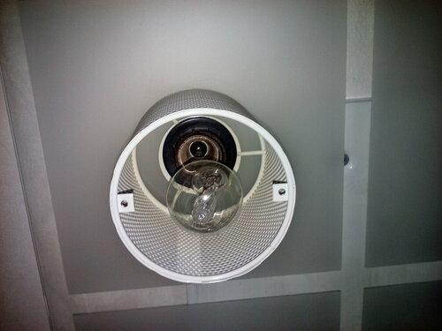 Вызов электрика аварийной службы после отключения электроснабжения квартиры из-за короткого замыкания в светильнике